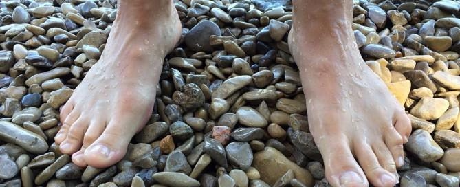 היתרונות הבריאותיים של הליכה על שבילי אבנים
